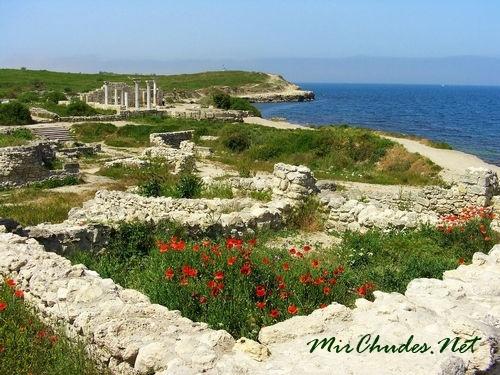 В переводе с грецкого языка «Херсонес» означает «полуостров».