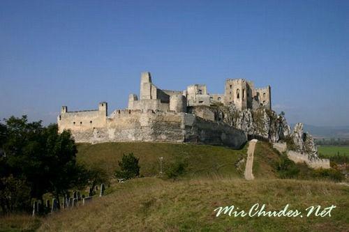 Руины замка Бецков на горе Скалица