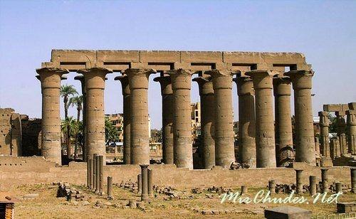 Величественные колонны зала Аменхотепа III в Луксоре (1388-1351 гг. до н. э.)