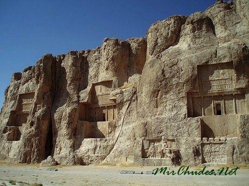 Гробницы персидских царей в долине Накше-Рустам.