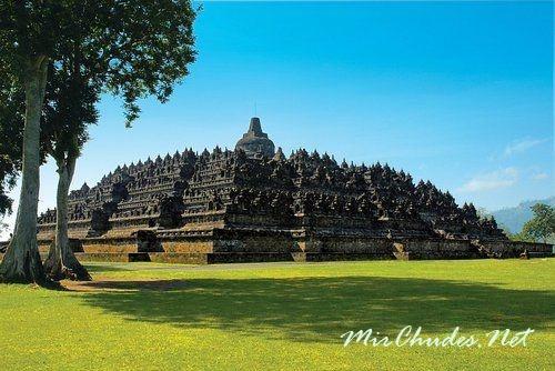 Храм Боробудур является одной из самых большых и древних ступ в Мире.