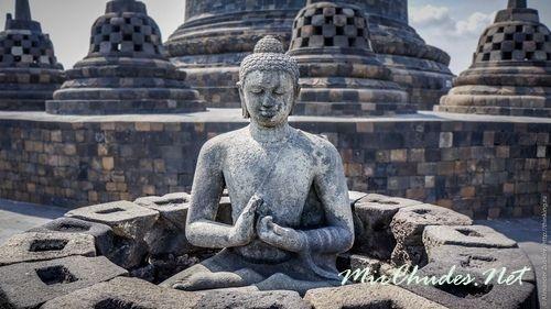 Полупрозрачные» ступы на ярусах Храма Боробудур, под которыми скрыты статуи Будды.