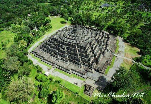 Храм Боробудур с высоты птичьего полета.