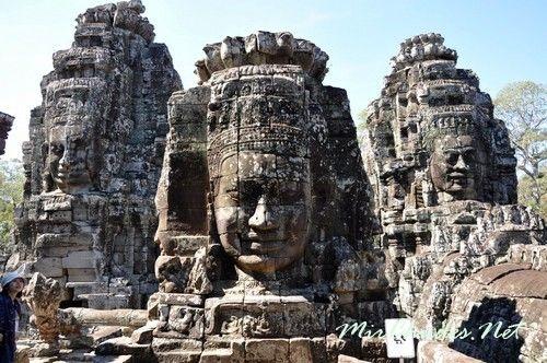 Каменные лики украшающие башни Храма Байон.