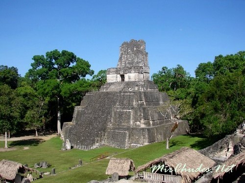 Храм Масок (Храм II) построил в VIII веке правитель Тикаля как гробницу для своей жены – Леди Двенадцати Перьев.