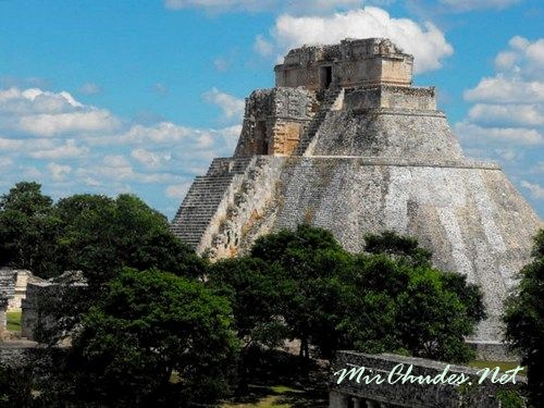 Храм Двухголового Змея (Храм IV) — самая большая пирамида майя (72 метра).