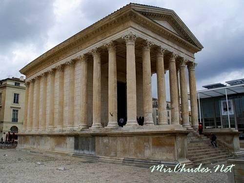 Храм Мезон Карре — шедевр римской классики.