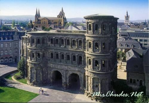 Порта Нигра в горде Трир — самые древние ворота в мире.