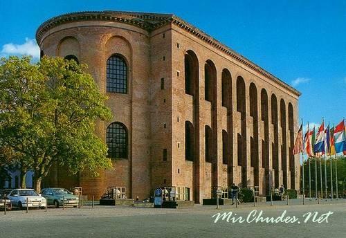 Аула Палатина (Базилика Константина) почти не изменилась за две тысячи лет.