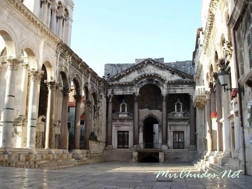Портик парадной залы дворца Диоклетиана.