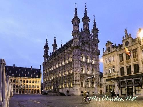 Левенская ратуша выполнена в стиле брабантской готики (г. Левен, Бельгия, 1440 — 1460 гг.).