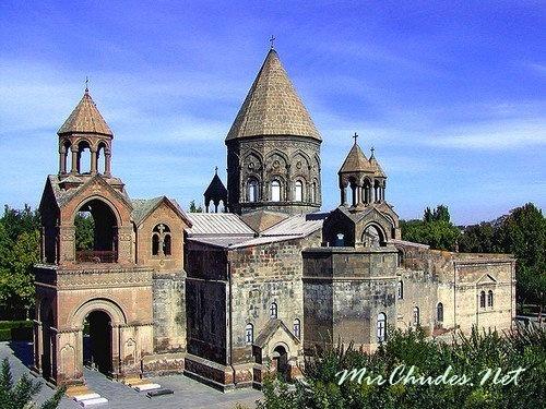 Эчмиадзинский собор — главный храм монастыря (г. Вагаршапат, Армения, VII в.).