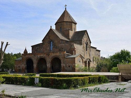 Церковь Сватой Гаяне в Эчмиадзинском монастыре (630 г.).