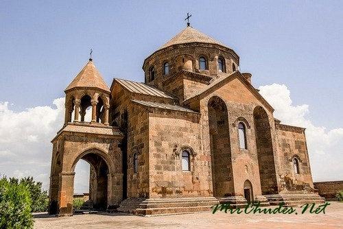 Церковь Сватой Рипсиме Эчмиадзинского монастыря (618 г.).