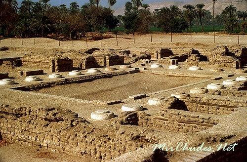 Руины Северного дворца Нефертити близ берега Нила. Амарна.