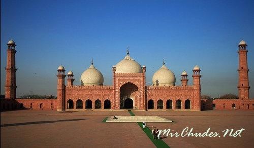 Трёхкупольный молитвенный зал Мечети Бадшахи (Пакистан, г. Лахор, 1673-1674 гг.).