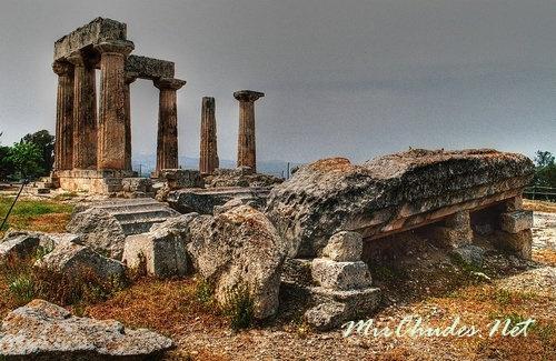 Руины храма Аполлона в Коринфе на Пелопоннесе - остатки величия древнегреческой цивилизации периода архаики.