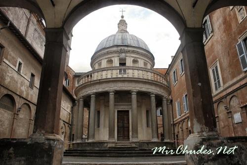 Темпьетто (итал. Tempietto — храмик) во дворе монастыря Сан-Пьетро-ин-Монторио.