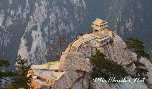 Хуашань - одна из пяти Священных Гор даосизма в Китае.