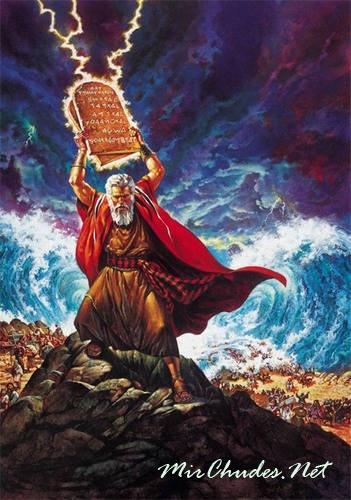 Моисей, оскорбленный малодушием своего народа, разбил скрижали Завета.