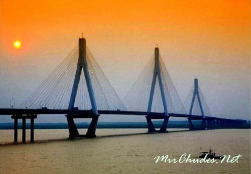 Через озеро Дунтинху и затопляемые территории переброшен автомобильный мост протяженностью 58 км.