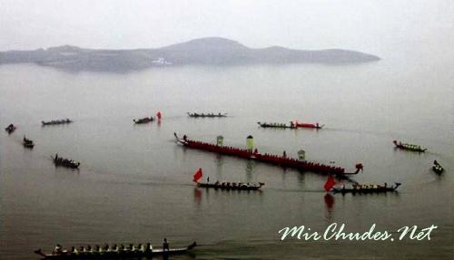 На Дунтинху устраивают праздник драконьих лодок, для которого важны не только скорость, но и плотющкое искусство. На фото лодка длиной 62 м.