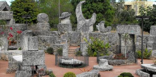 Эдвард добыл более 1000 тонн оолитового известняка, который в различных формах и видах ныне находится в его парке.